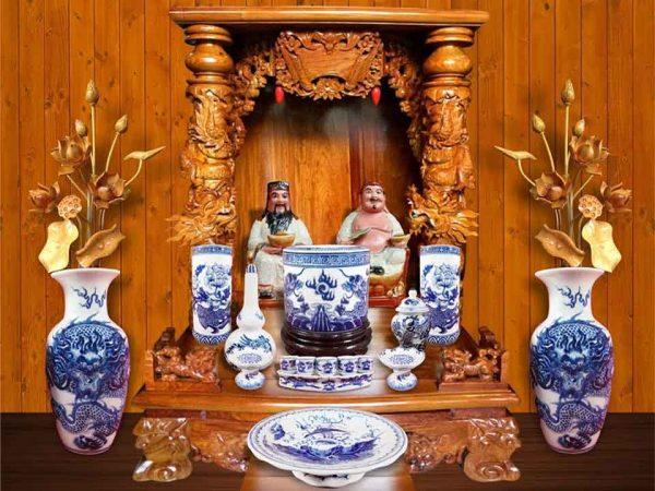 Các vật phẩm được bày biện trên bàn thờ