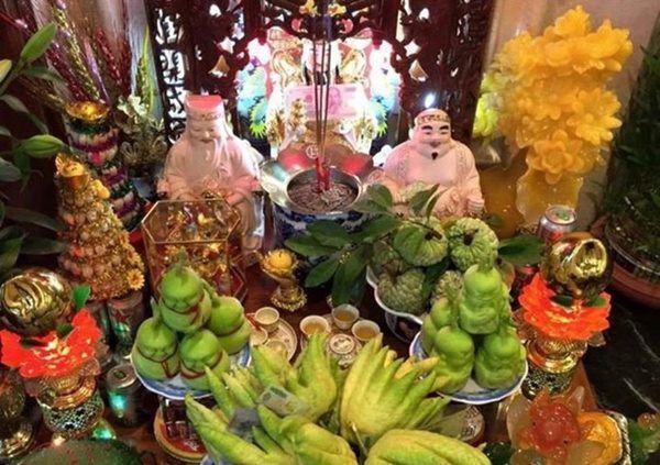 Đĩa trái cây đặt trên bàn thờ Thần Tài